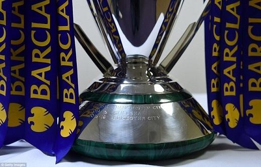 Vài giờ trước khi trận đấu diễn ra, phần đế có khắc tên Leicester City đã được hoàn tất.
