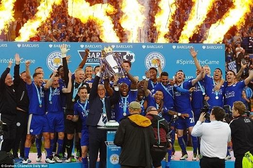 Ranieri đội vương miện NH Anh, tắm champagne vì học trò