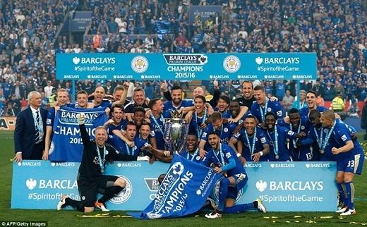 Thầy trò Ranieri cùng nâng cao chiếc cúp vô địch.
