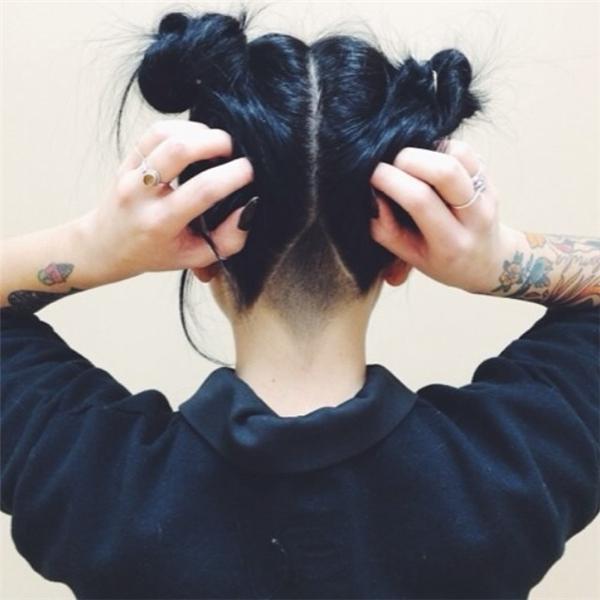 Nếu bạn đang theo đuổi xu hướng cạo tóc sau gáy thì tóc búi Natra sẽ cool hơn rất nhiều đấy!