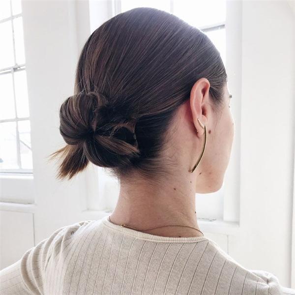 ... hay tóc búi kép nhìn thì phức tạp nhưng lại cực dễ thực hiện: buộc tóc ra đằng sau, chia tóc làm đôi rồi cuộn tròn từng lọn, cố định lại với cặp tăm.