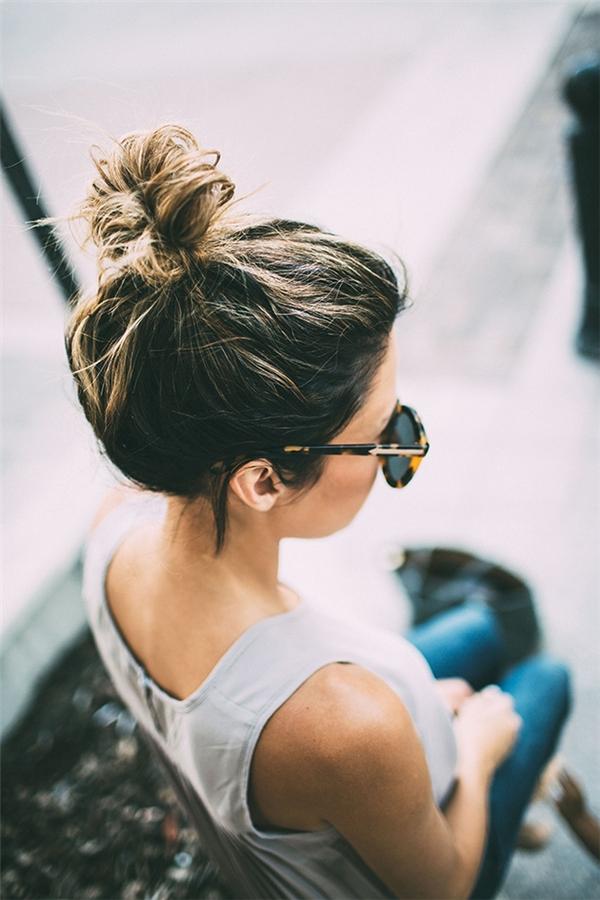 Bên cạnh những biến tấu tóc búi mới lạ kể trên, kiểu tóc búi messy siêu đơn giản chỉ việc túm hết tóc lên là xong như thế này...