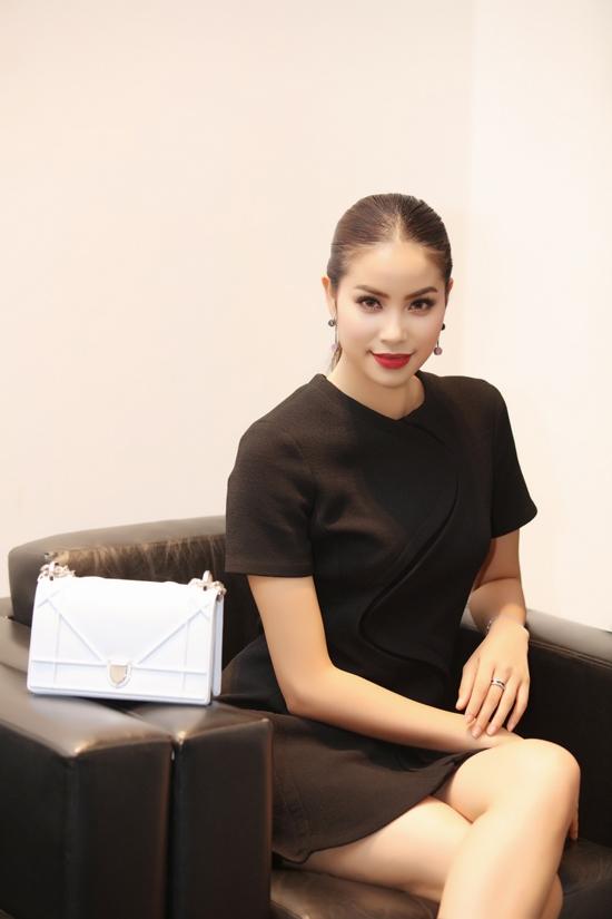 Hoa hậu Hoàn vũ Việt Nam 2015 Phạm Hương mang đến vẻ ngoài đơn giản nhưng vô cùng đẳng cấp, sang trọng tại một sự kiện ở thủ đô Hà Nội. Bộ váy đen mà cô diện được tạo điểm nhấn bởi đường cắt, nối vải ngay trung tâm. Đi kèm trang phục là chiếc túi trắng tương phản nhưng lại tạo nên một tổng thể hài hòa với hai sắc màu kinh điển.