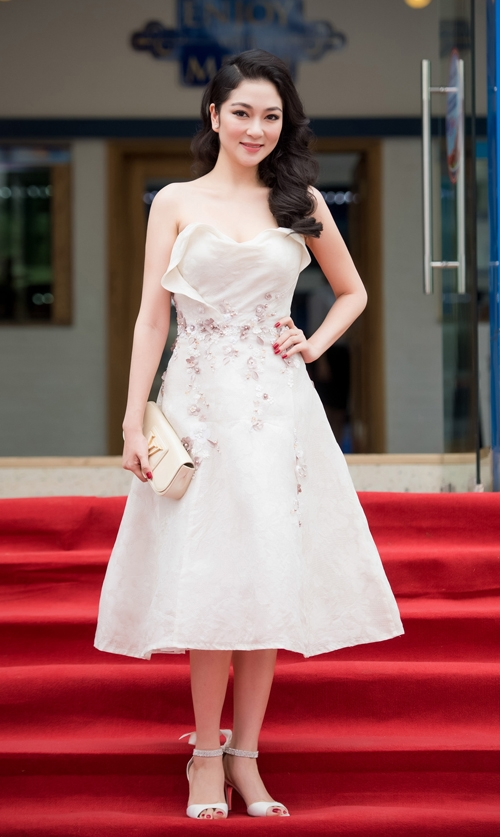 Hoa hậu Nguyễn Thị Huyền như trở về thuở đôi mươi xuân thì trong bộ váy xòe ngang gối. Tông màu nhã nhặn kết hợp chất liệu mềm mại vô cùng phù hợp với sắc vóc của Hoa hậu Việt Nam 2004.