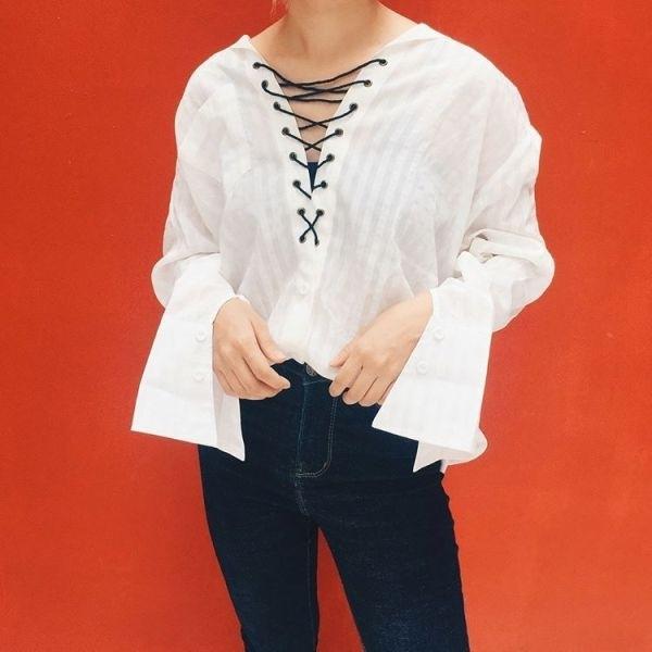 Với kiểu dáng trẻ trung, hiện đại, sơ mi đan dây có thể vừa kết hợp cùng quần jeans mặc đi làm vừa có thể kết hợp cùng short, chân váy để mặc đi chơi. (Ảnh: Internet)