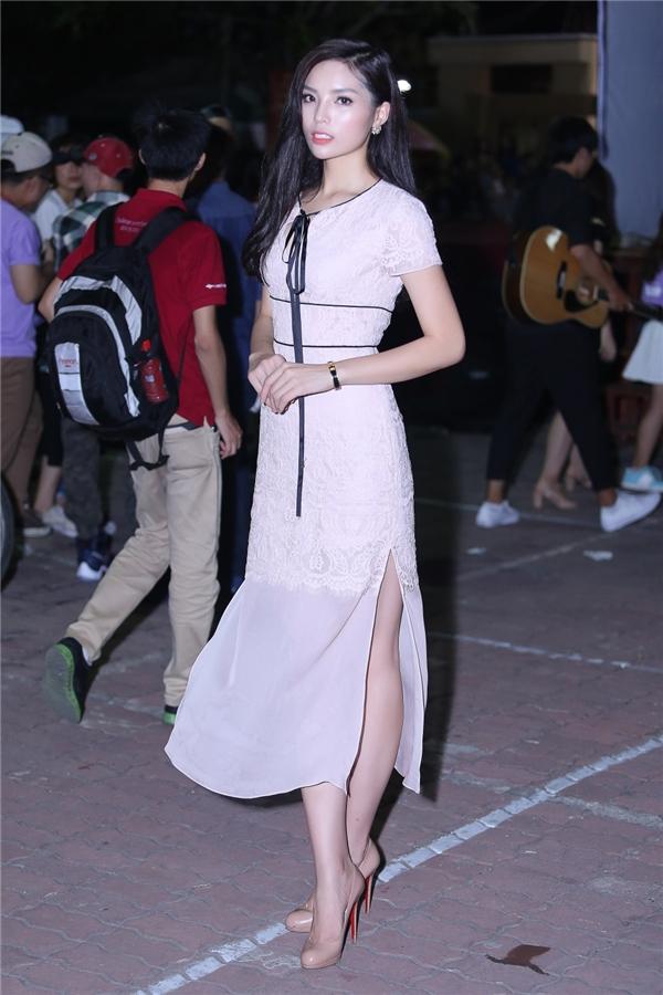 Bộ vây dài với những đường thắt eo khiến Hoa hậu Việt Nam 2014 thêm phần nữ tính và toả sáng. - Tin sao Viet - Tin tuc sao Viet - Scandal sao Viet - Tin tuc cua Sao - Tin cua Sao