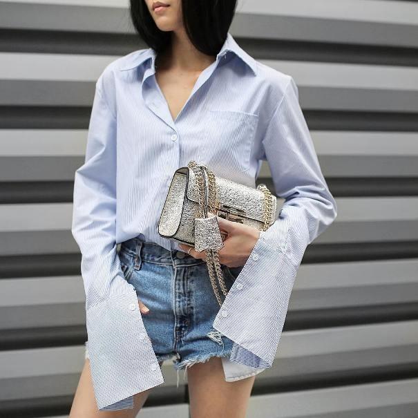 Sơ mi trắng phối cùng quần jeans vốn đã không bao giờ lỗi mốt nay lại kết hợp với kiểu dáng ống tay áo dài nữa sẽ vừa cá tính vừa thời trang. (Ảnh: Internet)