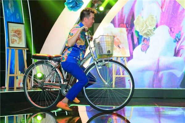 Bất chấp rủi ro, Mr Đàm vô tư đạp xe với tư thế