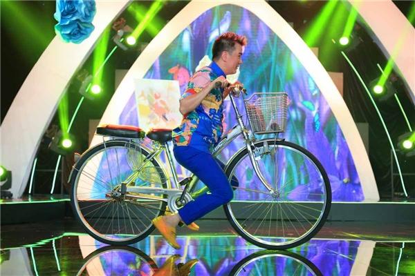 """Bất chấp nguy hiểmvà rủi rocó thể xảy ra, """"ông hoàng nhạc Việt"""" thoải mái đạp xe trong tư thế của... một cậu bé hiếu động. - Tin sao Viet - Tin tuc sao Viet - Scandal sao Viet - Tin tuc cua Sao - Tin cua Sao"""