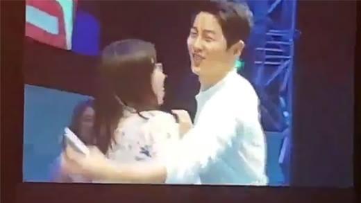 """Song Joong Ki tái hiện màn hất điện thoại """"huyền thoại"""" trên sân khấu"""