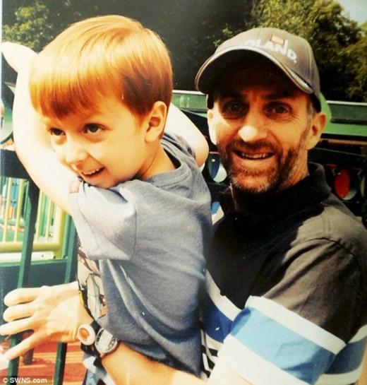 Cậu con trai 7 tuổi hàng ngày buộc dây giày cho người cha mất trí gây xúc động