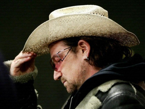 Giọng ca chính Bono của nhóm U2 từng chi 1.700 đô (gần 38 triệu đồng) tiền máy bay cho chiếc nón mà anh bỏ quên tại nhà khi đi du lịch.
