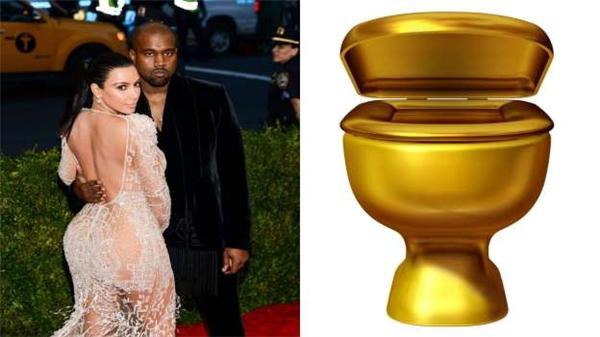 Đám cưới của Kanye West và Kim Kardashian có tổng chi phí 3 triệu đô (66 tỷ đồng), riêng tiền hoa đã là 136.000 đô (3 tỷ đồng). Họ còn tậu hẳn 4 chiếc bồn cầu toilet mạ vàng có giá 767.000 đô (17 tỷ đồng).