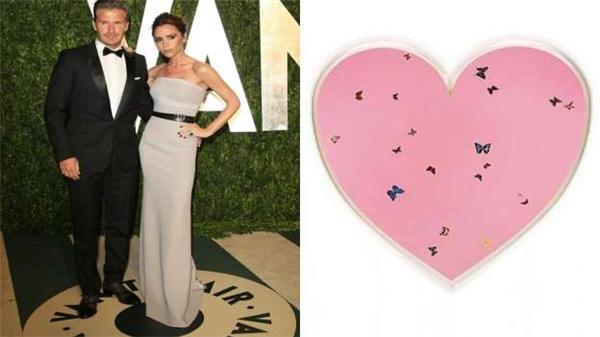 Ông bà Becks mua một bộ sưu tập các tác phẩm nghệ thuật có chủ đề tình yêu có giá 33 triệu đô (hơn 735 tỷ đồng) để tạo thành một trái tim màu hồng khổng lồ dành tặng con gái cưng Harper. Riêng chi phí giữ trẻ dành cho cô bé đã tiêu tốn 240.000 đô (hơn 5 tỷ đồng).