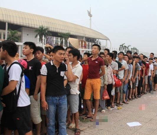 Ngay từ 3g sáng,rất đông người hâm mộ bóng đá đã xếp hàng dàinối nhau để sở hữu cho mình tấm vétrận giao hữu Việt Nam – Man City tại SVĐ Mỹ Đình. (Ảnh: Internet)