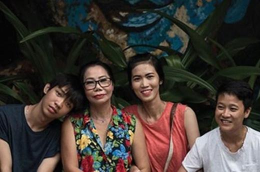 Đối với chuyện giới tính thực củacon cái, không phải bố mẹ nào cũng có thể chấp nhận được. Bà mẹ Cao Thị Minh Nguyệt (gốc Nha Trang) đã rất khó khăn, thậm chí rơi vào trạng thái trầm cảm khi biết được con gái và con trai út của mình thuộc giới LGBT. Tuy nhiên, vượt qua mọi định kiến xã hội, người mẹ cao cả này nhận ra hạnh phúc của con mới là điều quan trọng nhất.(Ảnh: Internet)