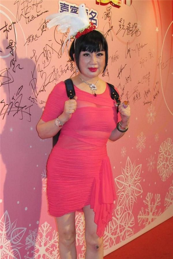 Những kiểu thời trang làm lố kinh điển của Cung Tuyết Hoa...