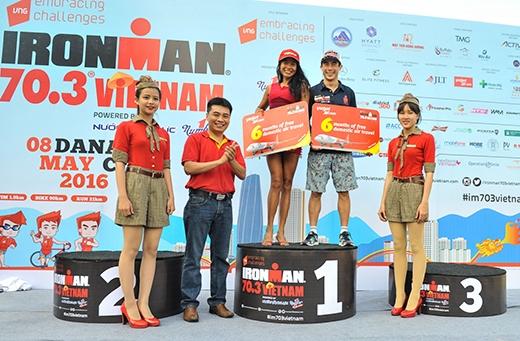 Đại diện Vietjet trao thưởng cho các vận động viên xuất sắc.