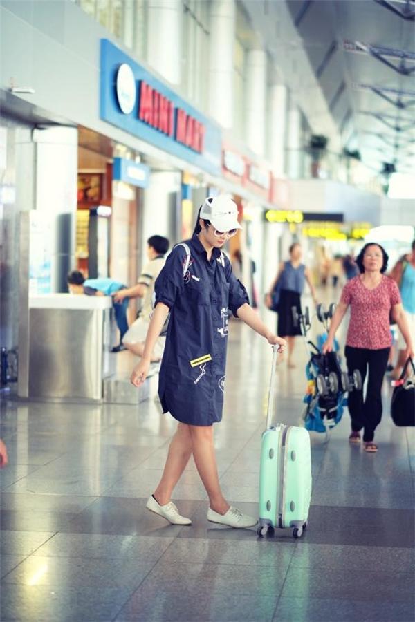 Trang phục áo sơ midáng dài, giày thể thao khiến Hoa hậu trông năng động, khỏe khoắn, trẻ trung và nổi bật. - Tin sao Viet - Tin tuc sao Viet - Scandal sao Viet - Tin tuc cua Sao - Tin cua Sao
