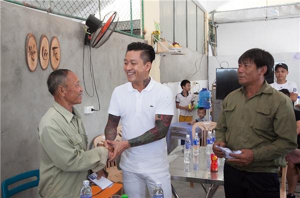 Tuấn Hưng quyên góp hơn 300 triệu cho ngư dân Hà Tĩnh