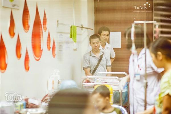 Họ tình cờ gặp nhau khi chị thuê cửa hàng gần nhà anh bán bánh kẹo. Anh đồng cảm với hoàn cảnh của chị, anh đến thăm và nói chuyện với chị ở bệnh viện.
