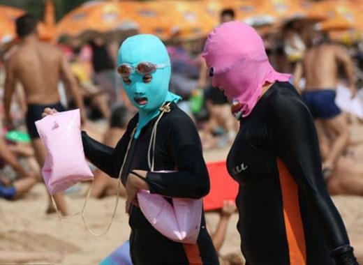 Khắp bãi biển, hình ảnh các cô gái giấu mọi điểm hấp dẫn trên cơ thể bằng cách diện đồ kín mít xuất hiện với tần suất dày đặc.