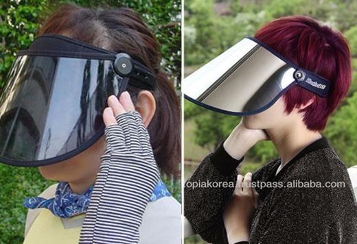 Những chiếc mặt nạ nhựa dẻo để chống nắng của phụ nữ Nhật.