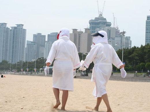 Chẳng phải ngại ngần, người Hàn Quốc sẵn sàng trùm kín từ đầu đến chân không lọt một khe như thế này mỗi khi đi dạo để khỏi bị đen.