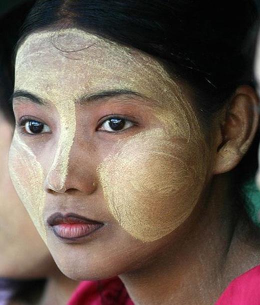 Với người ngoài, hẳn không ít ý kiến thắc mắc vì cách trang điểm của phái đẹp nơi đây. Tuy nhiên, với phụ nữ Myanmar, bạn không thể coi là đẹp nếu không có một lớp kem vàng phủ khắp mặt.