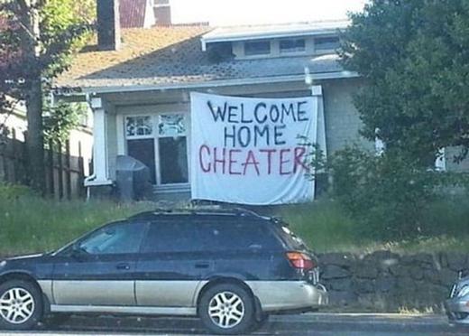"""""""Mừng anh về nhà, đồ phản bội."""" Dù bị chồng phản bội nhưng phận làm vợ là phải đi thưa về chào tử tế. (Ảnh: Internet)"""