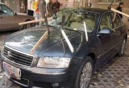Không phải nhọc công đập phá đau tay, một bà vợ chỉ đơn giản dùng vài chiếc búa cắm ngậm vào chiếc xe đắt tiền của chồng mà thôi. (Ảnh: Internet)