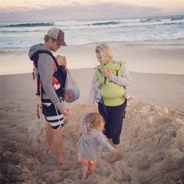 Chris cùng vợ Elsa, con gái India và cặp song sinh Tristan và Sasha (Ảnh: Internet)