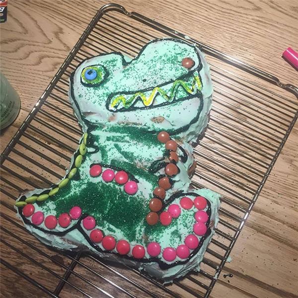 """""""Nếu tiệm bánh không có thời gian làm bánh sinh nhật cho con gái bạn thì hãy tự mình vào bếp nướng một cái bánh. Tôi gọi bánh này là 'Khủng long Bạo chúa viền sô-cô-la."""" (Ảnh: Internet)"""