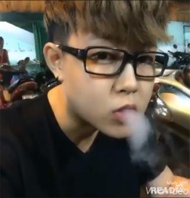 """Một bạn trẻ """"nhả khói"""" khi ăn bánh snack khói.(Ảnh: Internet)"""