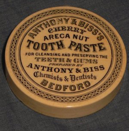 Kem đánh răng ngày xưa được đựng trong những chiếc hộp tròn.
