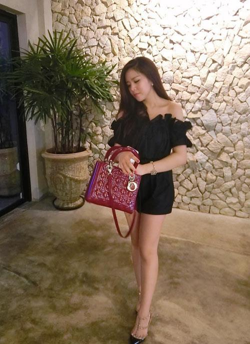 Túi Lady Dior mang gam màu sang trọng với mức giá dao động từ 70 đến 180 triệu đồng.Đôi giày Valentino Rockstud gắn đinh tán của Ông Thoại Liên trị giá hơn 22 triệu đồng. - Tin sao Viet - Tin tuc sao Viet - Scandal sao Viet - Tin tuc cua Sao - Tin cua Sao