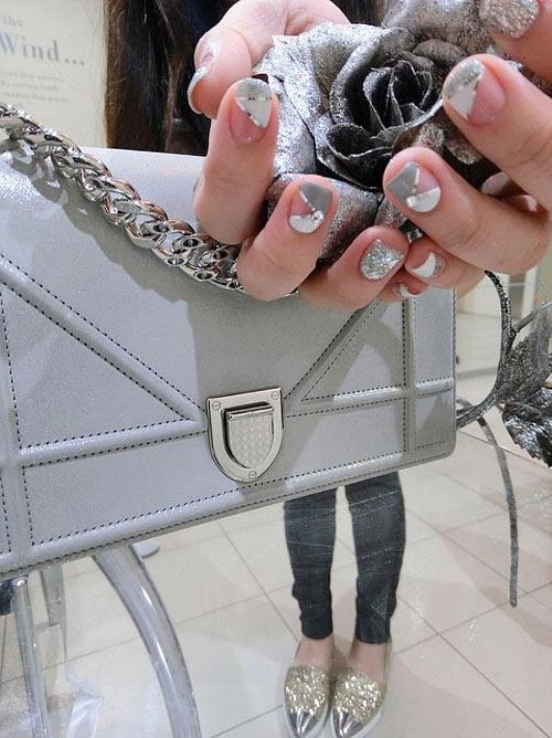 """Là một người yêu thích thời trang, vì vậy Ông Thoại Liên đã sắm ngay cho mình """"cơn sốt"""" Dior Diorama trị giá 74 triệu đồng. Chiếc túi được cô phối cùng đôi giày Miu Miu lấp lánh giá 11 triệu. - Tin sao Viet - Tin tuc sao Viet - Scandal sao Viet - Tin tuc cua Sao - Tin cua Sao"""