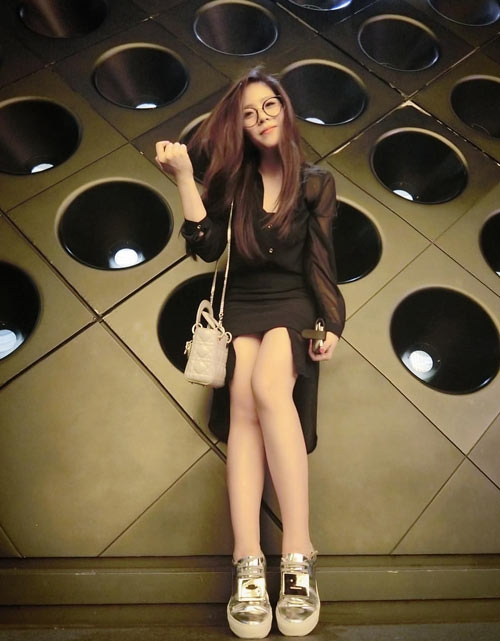 Chiếc túi Lady Dior mini màu xám có giá khoảng 70 triệu đồng. - Tin sao Viet - Tin tuc sao Viet - Scandal sao Viet - Tin tuc cua Sao - Tin cua Sao