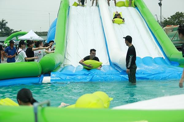 Ngay sau khi trình diễn xong, Justa Tee và Big Daddy đã nhảy ngay xuống dòng nước mát lạnh để trải nghiệm nhiều trò chơi thú vị cùng các bạn trẻ. - Tin sao Viet - Tin tuc sao Viet - Scandal sao Viet - Tin tuc cua Sao - Tin cua Sao