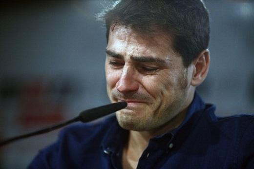 Casillas rơi nước mắt trong ngày chia tay đội bóng anh từng gắn bó trong suốt 25 năm.Ảnh: Goal.