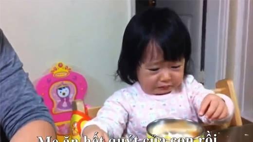 Những phản ứng có 1 không 2 của bé khi bị bố mẹ... giành ăn!