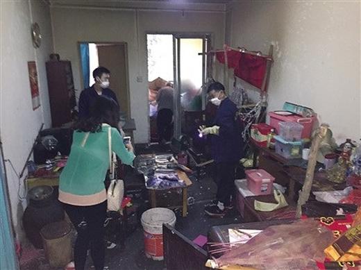 Cá nhân viên vệ sinh đang dọn dẹp nhà ông Châu.