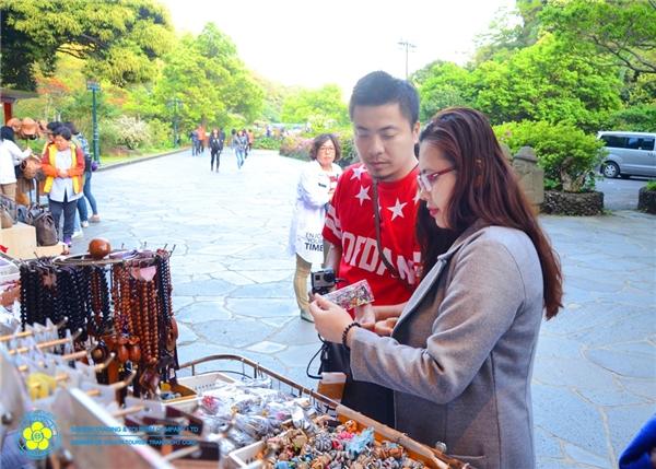 Trong chuyến đi này, cặp đôi lại một lần nữa có dịp cùng nhau tham quan những cảnh đẹp nhất trên Jeju như bến du thuyền, bảo tàng bướm, bảo tàng băng đá, công viên Ecoland, con đường bí ẩn, Love land – công viên 18+, … - Tin sao Viet - Tin tuc sao Viet - Scandal sao Viet - Tin tuc cua Sao - Tin cua Sao