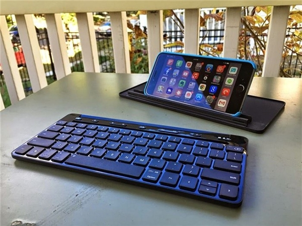Chỉ cần kết nối iPhone với bàn phím Bluetooth là bạn có thể biến chiếc điện thoại của mình thành màn hình laptop mini.