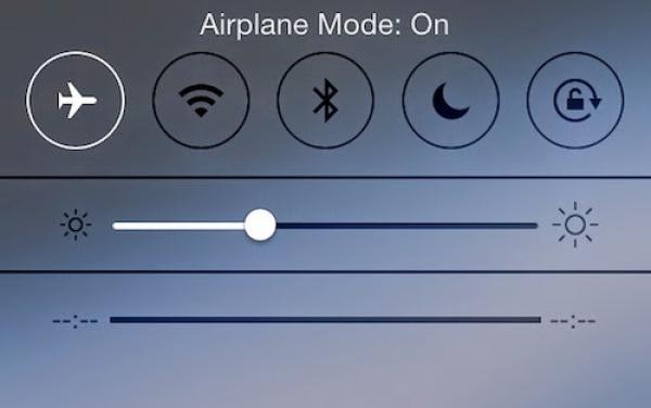 Để sạc điện thoại nhanh hơn, bạn nên chuyển máy về chế độ Airplane Mode. Tuy nhiên, bạn sẽ không thể online, gọi điện hay nhắn tin trong thời gian này.