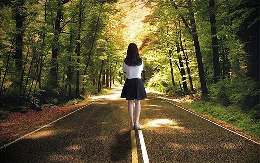 Tấm ảnh này thì khỏi chỗ chê rồi nhé, Xung quanh cây lá cũng như nắng chiếu rạng rỡ đẹp mê li, chỉ có điều là cô gái chả liên quan đến khung cảnh lắm thôi.(Ảnh: Internet)