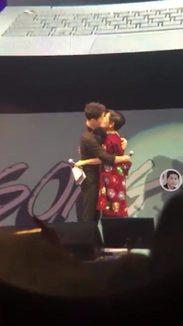 Thực hư chuyện Song Joong Ki hôn MC nữ người Thái Lan tại buổi họp fan