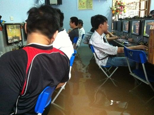 """""""Mưa gió, ngập lụt là chuyện của ông trời. Còn đi chơi điện tử là của anh em chúng mình."""" (Ảnh: Internet)"""