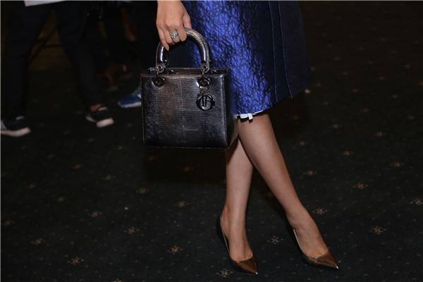 Phạm Hương lại đơn giản, nhẹ nhàng hơn với bộ váy màu xanh thanh lịch phối túi xách giá hơn 100 triệu của Dior. - Tin sao Viet - Tin tuc sao Viet - Scandal sao Viet - Tin tuc cua Sao - Tin cua Sao
