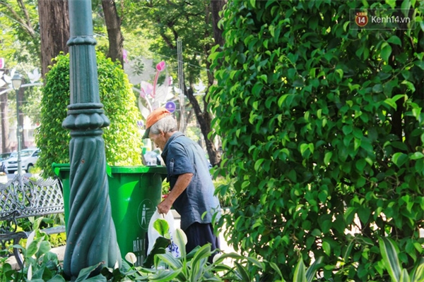 Đến thùng rác, ông lại dừng lại để tìm kiếm vài món đồ đem bán ve chai.